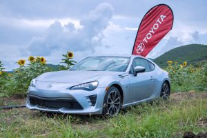 In its transition to Toyota, the sporty 86 adopts more aggressive styling with a center of gravity that highlights the low and wide stance of this car.